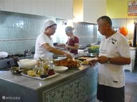Lekker en goedkoop eten in 'ev yemekler' huisgemaakt eten restaurants. In de hoofdstraat van Datca zijn twee goede restaurants van dit type. In de vitrine van de open keukens kunt u direct kiezen wat u wilt eten.