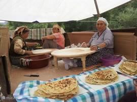 Vrouwen maken typisch Turks gerecht de Gözleme. Een soort hartige pannenkoek gevuld met feta, gehakt of spinazie.