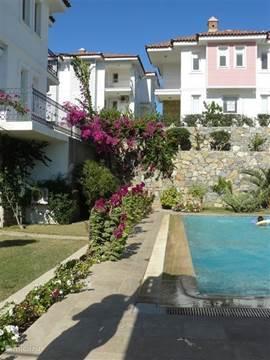 Het appartement ligt in een rustig complex genaamd Zeytindali (Olijventak) met een prachtige tuin. In het complex zijn 24 appartementen, verspreid over 4 gebouwen, gebouwd  in Ottomaanse stijl.
