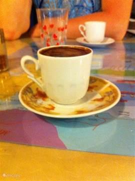 De echte Turkse koffie, geserveerd bij restaurant Kardesler.