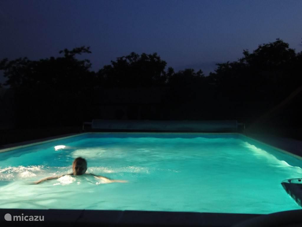 genieten van het zwembad 'by night'