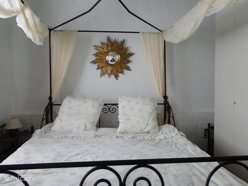 er zijn 4 tweepersoonsbedden, 3 bedden zijn groter dan 2 meter. Alle bedden hebben stevige matrassen (we slappen immers 8 uur, zeker tijdens het verlof!).Tevens is er nog een stapelbed voor de kids