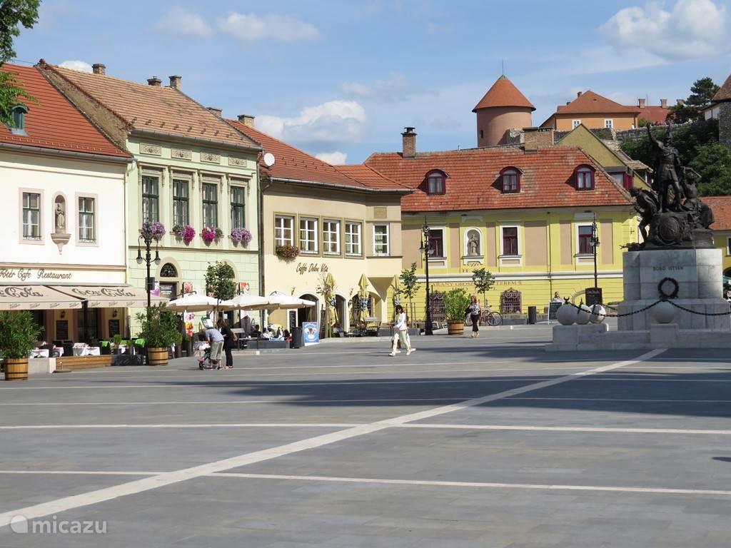 prachtig plein in Eger , met de burcht op de achtergrond