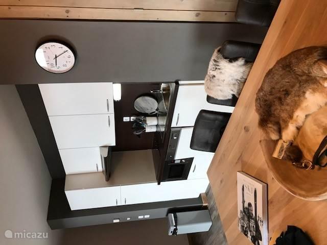 Keuken voorzien van alle gemakken zoals vaatwasser magnetron en oven