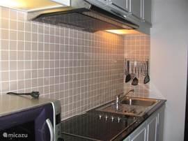 Keuken welke van vele gemakken is voorzien, o.a. Senseo apparaat