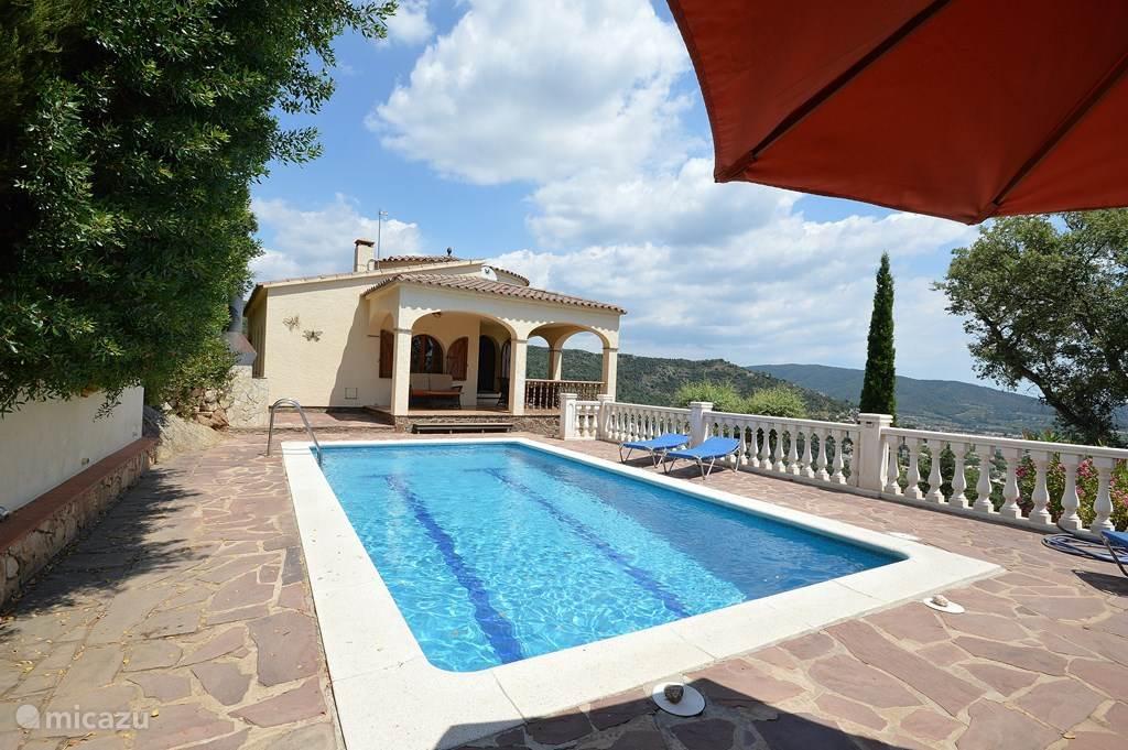 Prachtige villa, zeer privé gelegen op de berg met spectaculair uitzicht over zee en bergen. Direkt aan de veranda het terras met privé zwembad van 8 bij 4 meter, douche, 4 ligbedden en parasol. Slechts 10 auto-minuutjes van het strand en gezellige dorpjes.