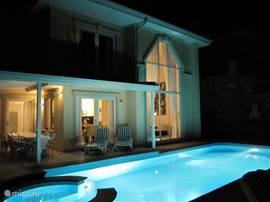 De luxe en sfeervolle villa bij avond.