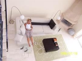 Een deel van de woonkamer vanaf de vide gezien.