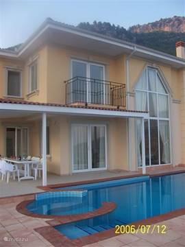 Schitterende villa met adembenemend uitzicht op de Middellandse zee met eigen zwembad met jacuzzi! De villa is van alle gemakken voorzien, strak en modern ingericht: werkelijk een droomspot! Wij regelen het vervoer van en naar het vliegveld en huurauto