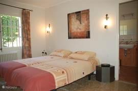 De 2e slaapkamer ook met een eigen badkamer (inloopdouche, toilet en wastafel).