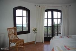 In de toren (slaapkamer) ook vanuit bed een fantastisch uitzicht over zee. Ook deze slaapkamer heeft een eigen badkamer.