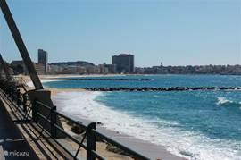 Een uitkijkje over het strand van Sant Antoni en Palamos. De aaneengelsoten boulevard geeft ook de ruimte voor een heerlijke lange (avond) wandeling.