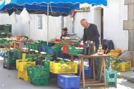 De markt in Calonge met heerlijke biologische produkten. De verse eieren, liggend in het stro worden u in een plastic zak meegegeven.