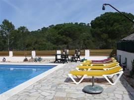 Veel rust en ruimte ook aan de achterzijde van het huis. U kijkt uit over het natuurgebied van de Les Gavarres. Ook de douche is dichtbij.