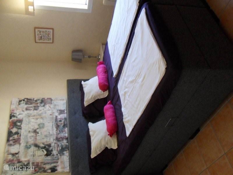 Tweede ensuite slaapkamer boven met nieuwe (mei 16) boxspring bedden.