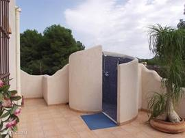 Buitendouche warm-koud bij het zwembad. Heerlijk om hier te douchen in de zomer ipv binnen! Volop privacy!