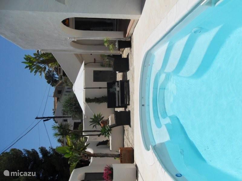 Ziet u zichzelf hier al in het bad of genieten van het uitzicht op het zwembad?