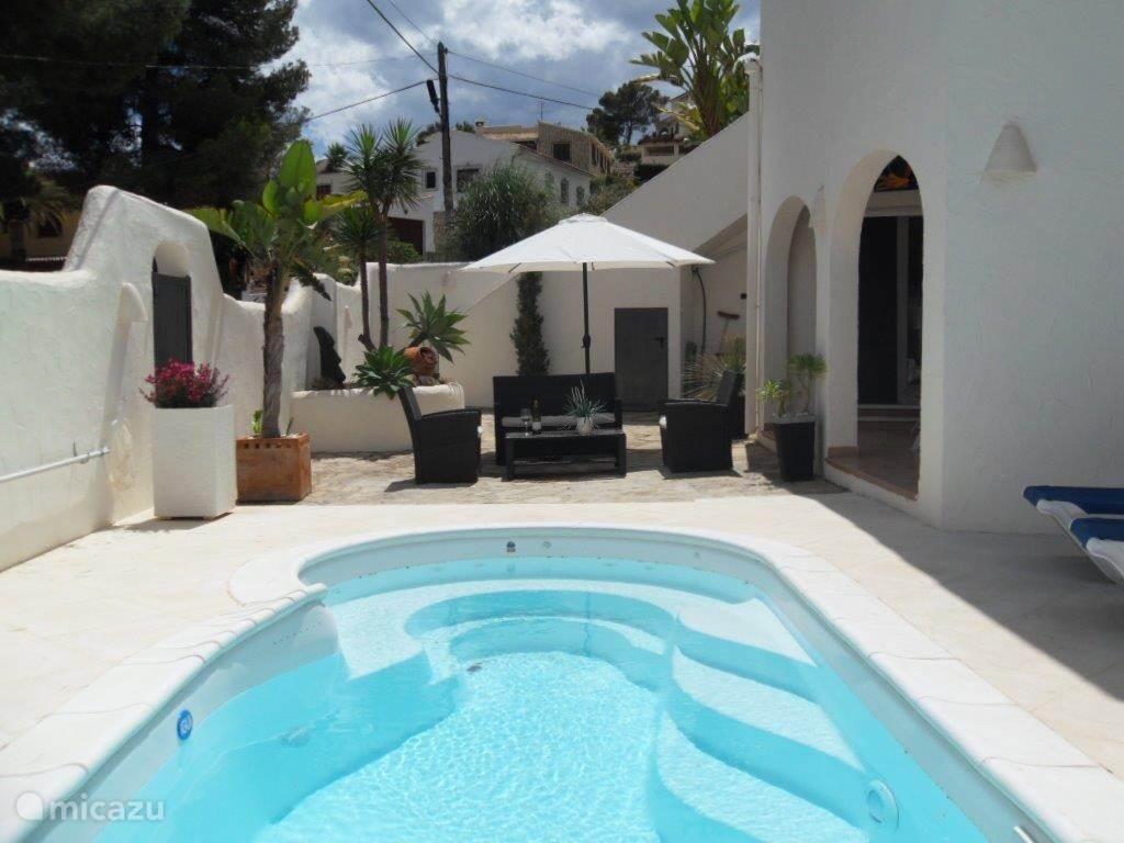 Prachtig zwembad met jacuzzi en daarachter een heerlijk zitje. Geniet savonds van het zwembad met de zwembadlampen aan!