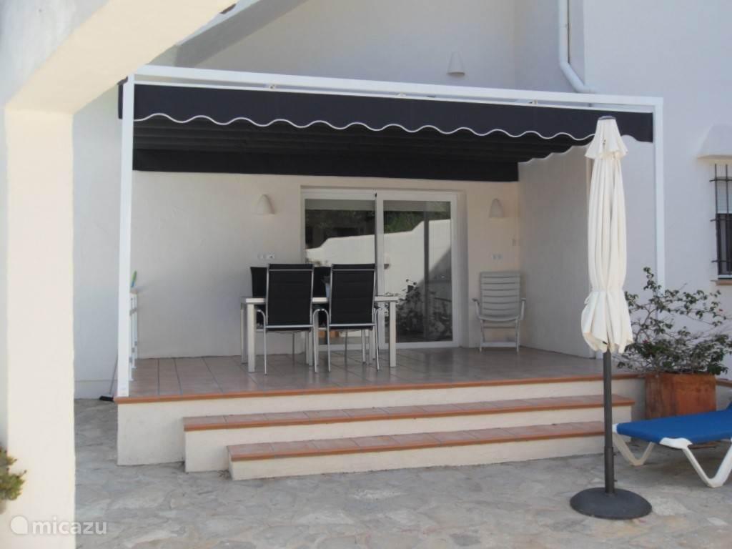 Prachtig recent gebouwd overdekt terras met directe toegang vanuit de keuken.