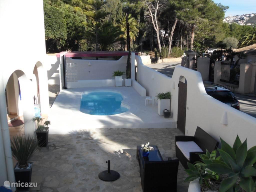 Een tweede zwembad met ingebouwde jacuzzi en verwarming! Heerlijk genieten!