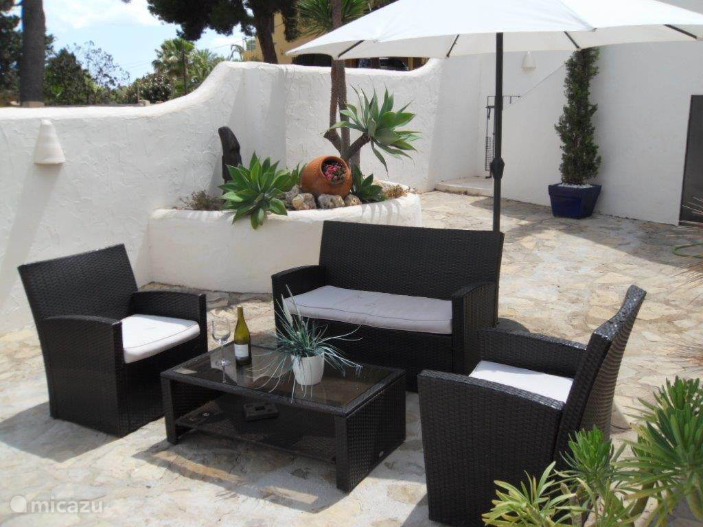 Lekker lounge zitje op het terras bij de woning beneden