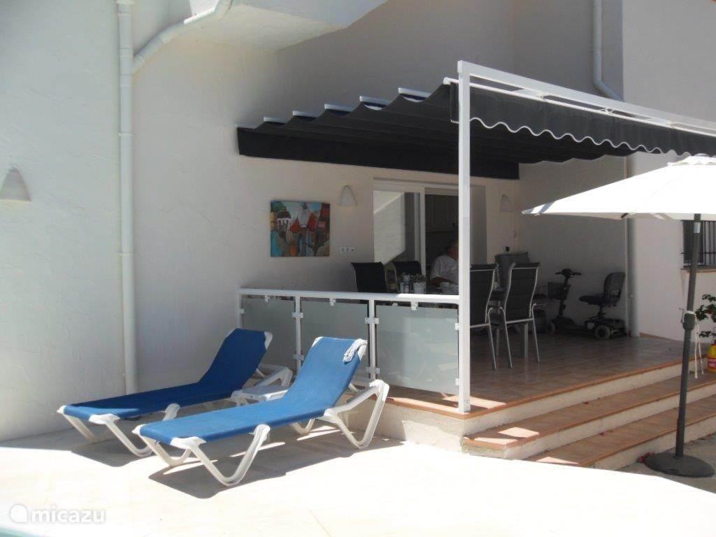 Heerlijk terras met zon of schaduw, wat u wilt. Heerlijk voor ontbijt of diner