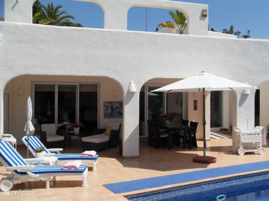 Een heerlijk overdekt terras en voldoende parasols aanwezig