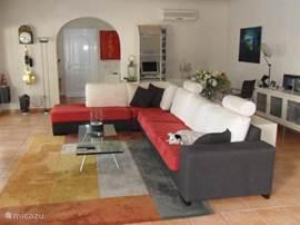Ruime en moderne woonkamer met plasma tv, dvd speler, airco