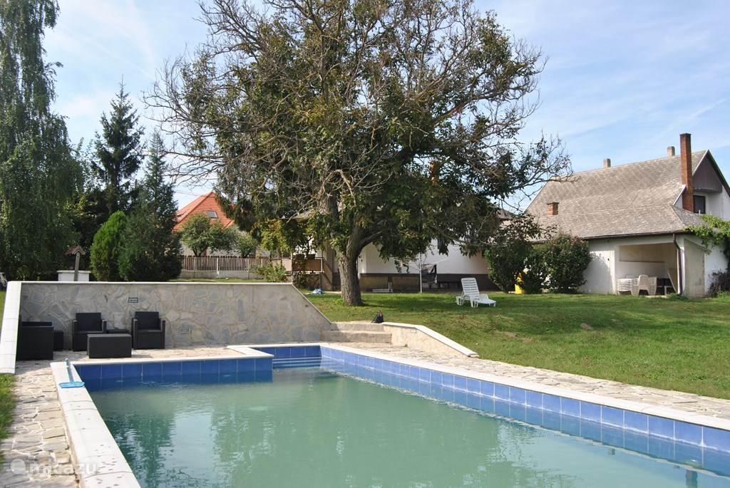 De tuin is 3000m2 en geheel omheind. De afmetingen van het zwembad zijn 5 x 10 m, diepte 130 cm. Heerlijk elke zwemmen in je eigen privé zwembad.