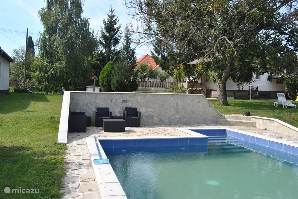 Het grote zwembad nodigt uit voor een frisse start van de dag. Elke dag heerlijk zwemmen. Er zijn voldoende tuinstoelen en -tafels om de hele dag buiten te genieten van de rust en het zwembad.