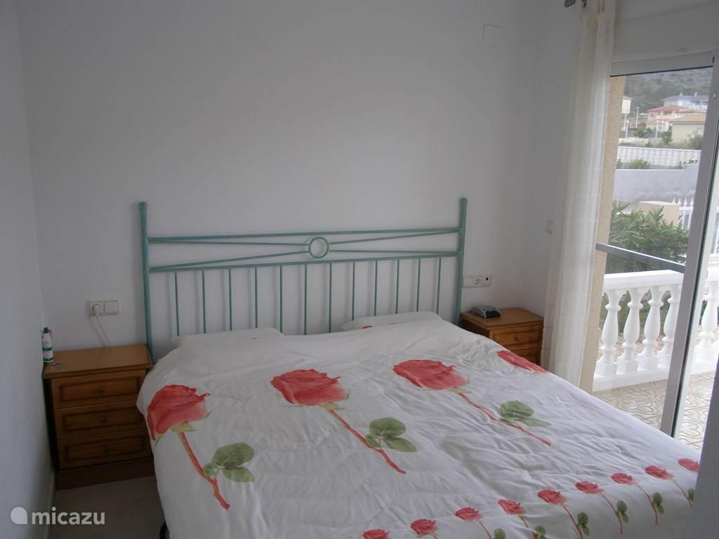 Slaapkamer op de begane grond met aangrenzende badkamer