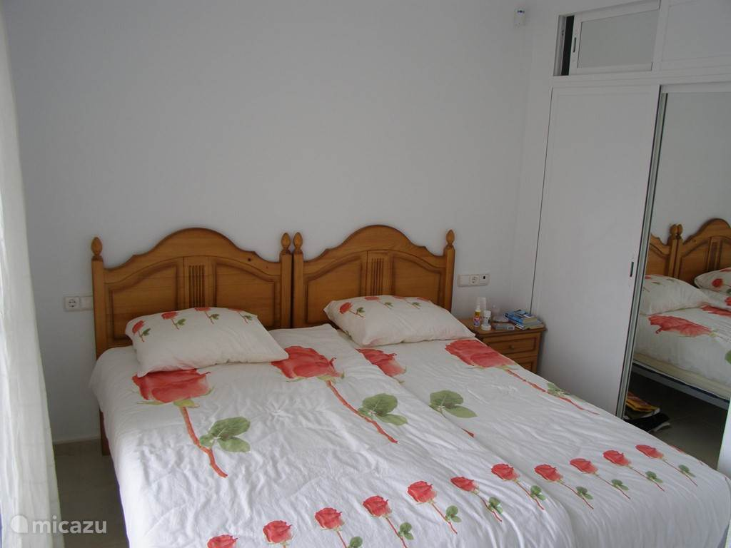 Tweede slaapkamer op de begane grond met eigen badkamer