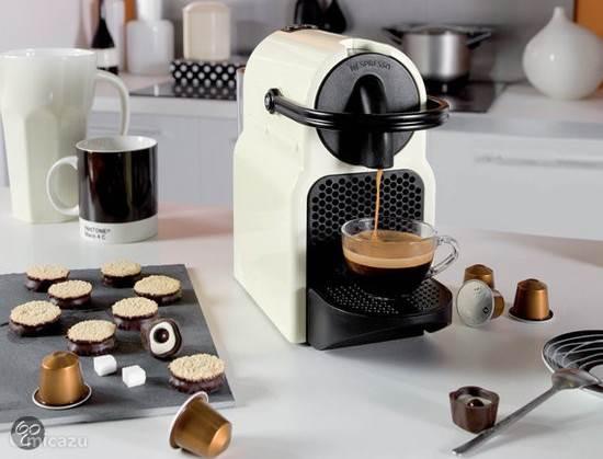 2015: nu ook Nespresso apparaat aanwezig. Maar ook een gewoon filter koffiezet apparaat.