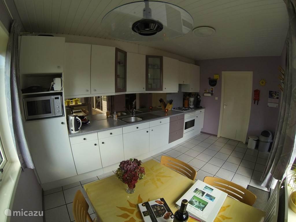 ruime compleet ingerichte keuken met oven en magnetron...