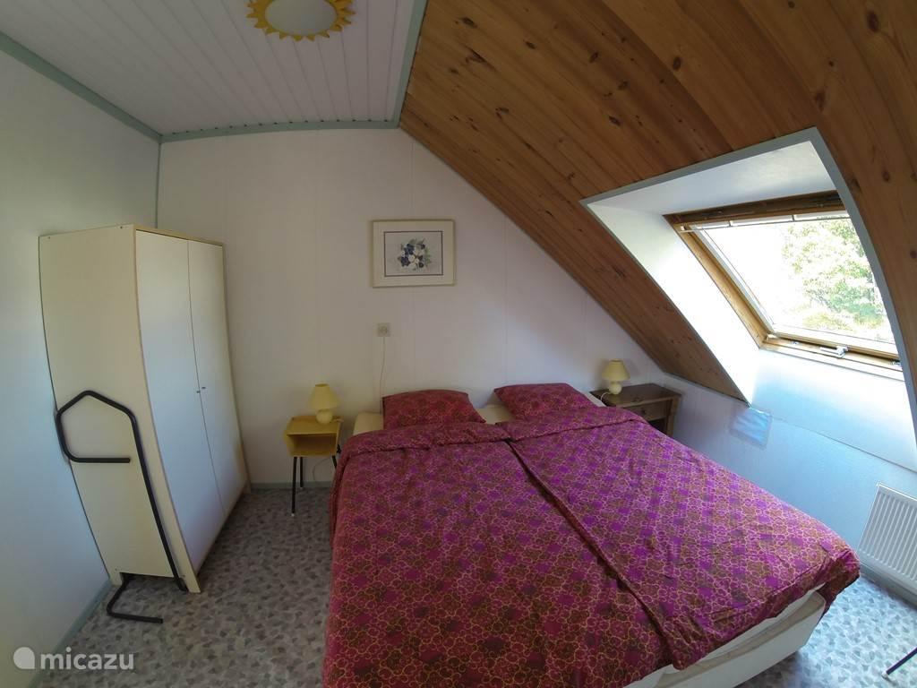 Slaapkamer boven met uitzicht aan de voorkant.