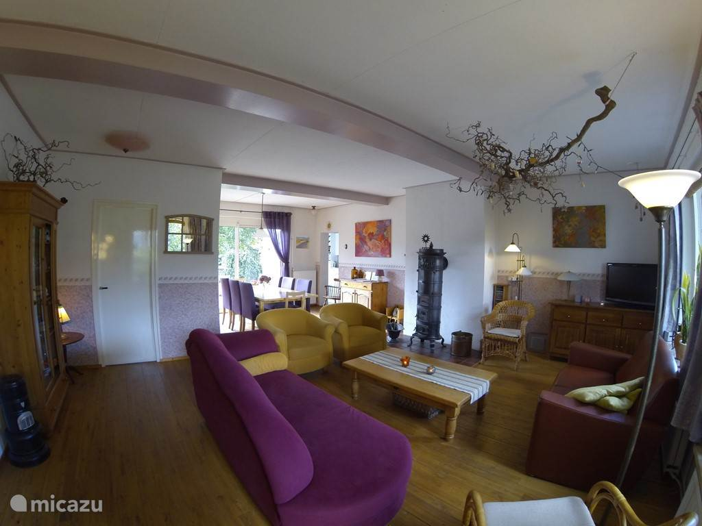 Huiskamer voorzien van houtkachel.