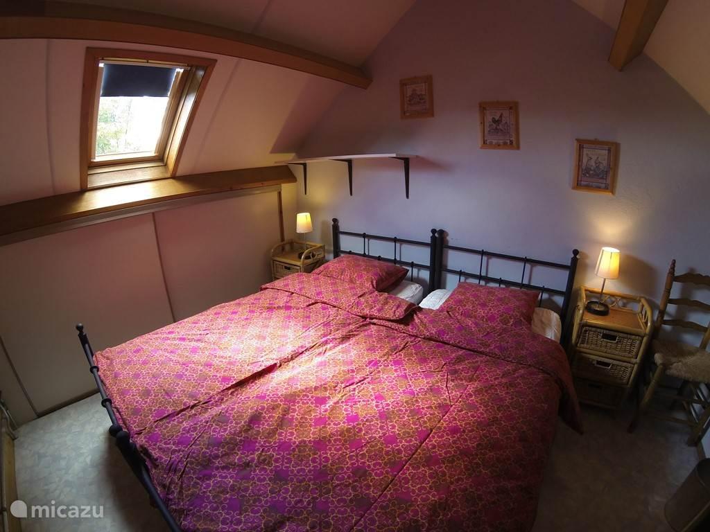 Gezellige slaapkamer boven aan de achterkant.