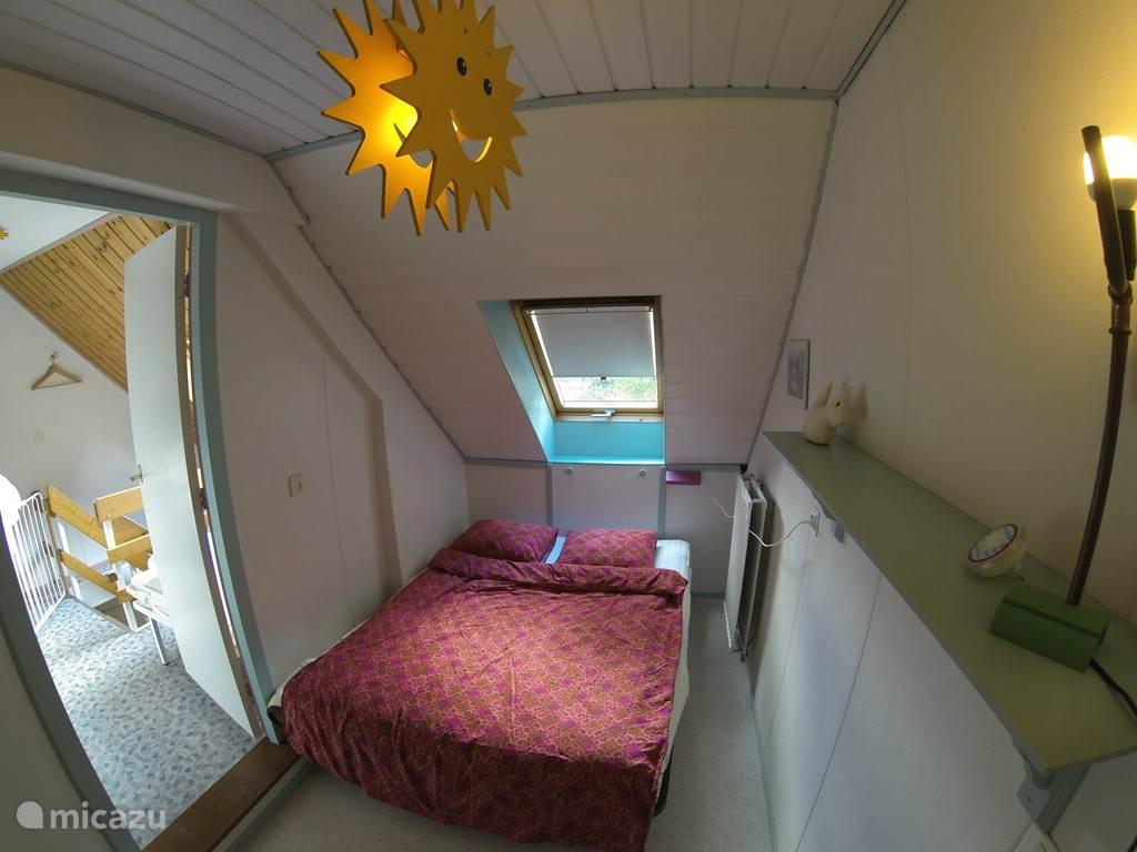 Gezellige (kinder)slaapkamer met twee persoons bed. Eventueel is het mogelijk om er een ledikant bij te zetten omdat deze kamer vrij diep is. (Is niet goed te zien op de foto.)