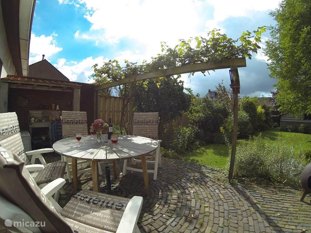 Mooi zonnig terras met uitzicht over de hele tuin.