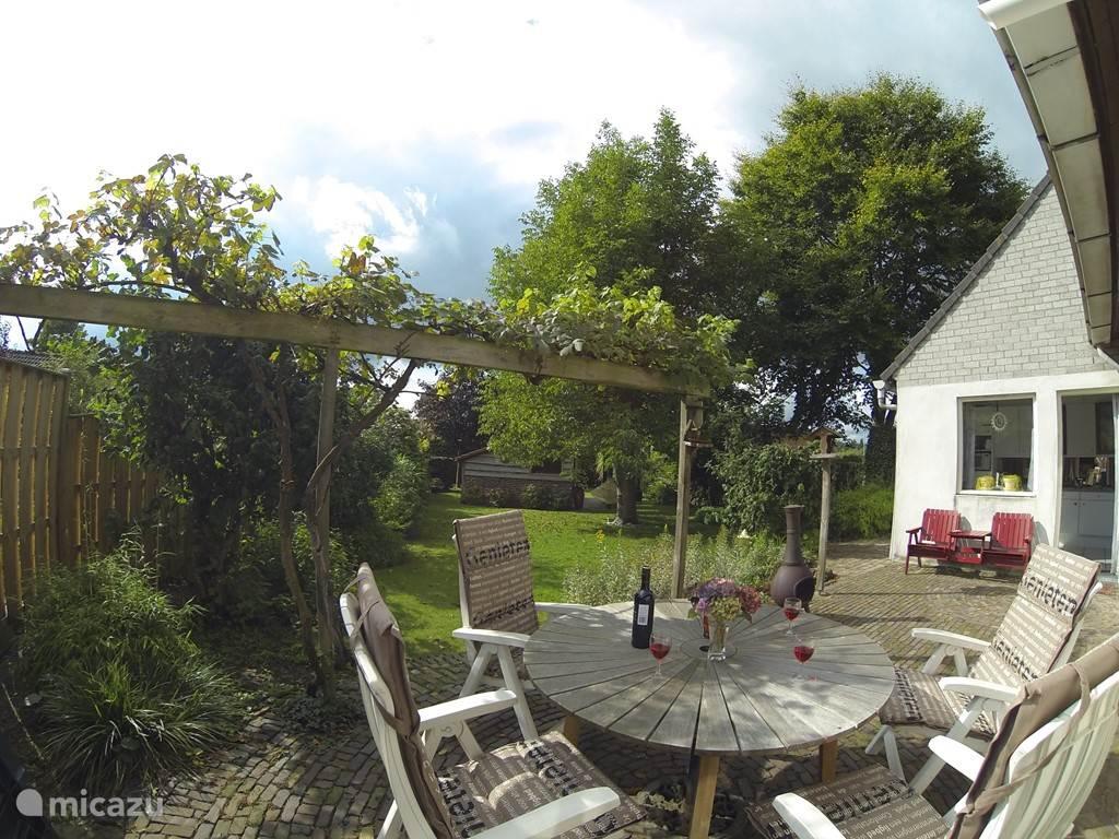Gezellig terras met houtkachel.