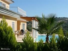 Ontdek gastvrij Turkije vanuit onze luxe villa, met uitzicht over zee, olijfgaarden en het eiland Samos. Gelegen in een klein, bewaakt parkje, met eigen tuin, zonneterras en zwembad. Dichtbij strand, vertier en winkels, maar ook  bij cultuur en natuur.