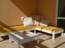 Lounge hoek op het terras. Lekker veel kussens en een handdoek voor een heerlijk ontspannen moment op het warmst van de dag, na het zwemmen, een heerlijk maal of tijdens een drankje. Je kunt er zelfs blijven slapen onder de sterren!!!