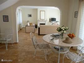 Kijkje van de keuken naar de woonkamer. Alles gemakkelijk te onderhouden en heel ruim.