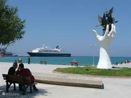 De prachtige boulevard van Kusadasi, waar alle grote cruise schepen van de wereld aanleggen en waar u tal van stranden aantreft, voor elk wat wils. Langs de hele boulevard vindt u eetgelegenheden, met buitenterassen en de mogelijkheid om aan het water te eten. Daarnaast zijn er vele mogelijkheden om