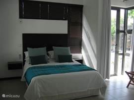 Tweede slaapkamer met 2 persoonsbed en stapelbed