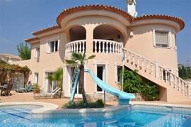 Luxe ingerichte villa met privé-zwembad en jacuzzi. Deze villa is werkelijk van alle gemakken voorzien. Er is zee- en bergzicht. De ligging is heerlijk rustig, ca. 5 min. van zee. Golfbanen, pretparken, restaurantjes en winkels in de directe omgeving.
