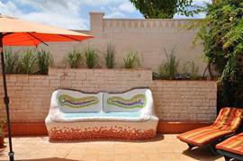 Gezellige Gaudi-bank. De tuin ligt op het zuiden, u heeft dus de hele dag zon.