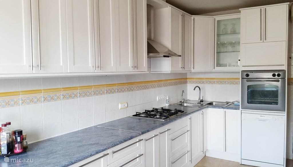 Keuken die van alle gemakken is voorzien; vaatwasser, oven, magnetron, amerikaanse koelkast