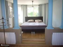 Dit is de hoofdslaapkamer met een nieuwe boxspring 1.80 x 2.00 mtr. Deze kamer heeft een schuifpui naar de tuin.