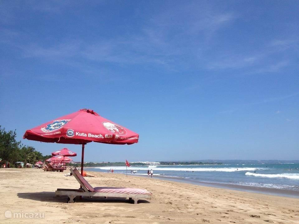Ligbedden aan het strand.